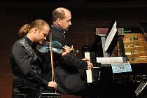 Houslista Pavel Šporcl a klavírista Petr Jiříkovský dnes vystoupí v Národním technickém muzeu.