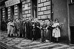 BRANA HLASU ČSR. Bojovníci pražského povstání před budovou Českého rozhlasu dne 5. května 1945.