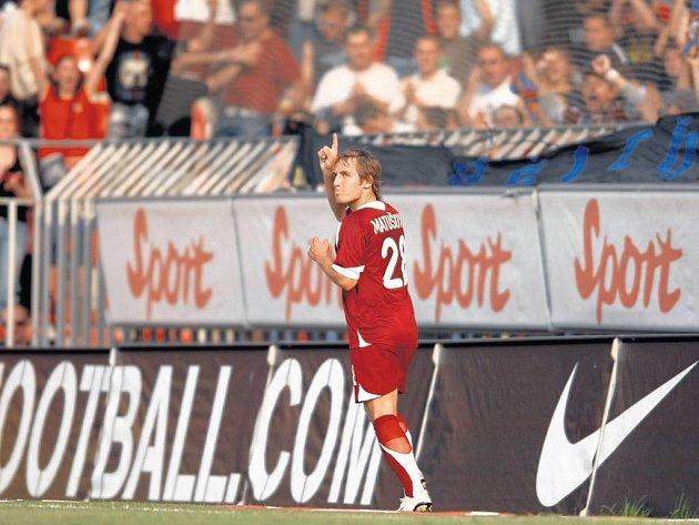 JE TAM! Sparťan Matušovič svým pátým gólem v sezoně vyrovnal skóre na 1:1. Remíza vyhovuje víc Spartě.