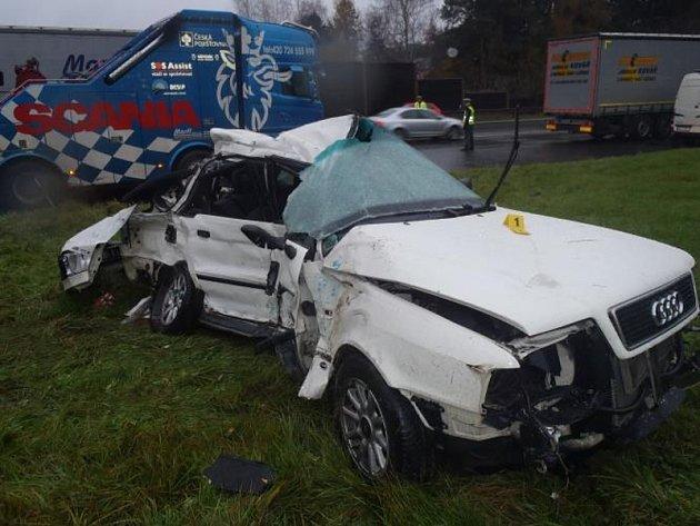 Tragická dopravní nehoda osobního vozidla a kamionu uzavřela silnici I/3 poblíž Mirošovic.