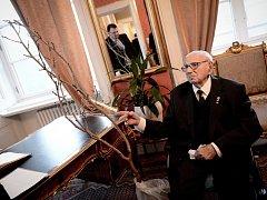 Sir Nicholas Winton na Pražském hradě s darem pro botanickou zahradu - moruší černou.