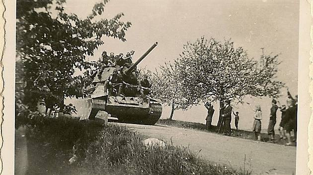 Vítání sovětských vojsk v roce 1945.