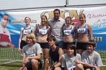 Roman Šebrle a školáci, kteří se účastnili závodu Odznak všestrannosti olympijských vítězů.