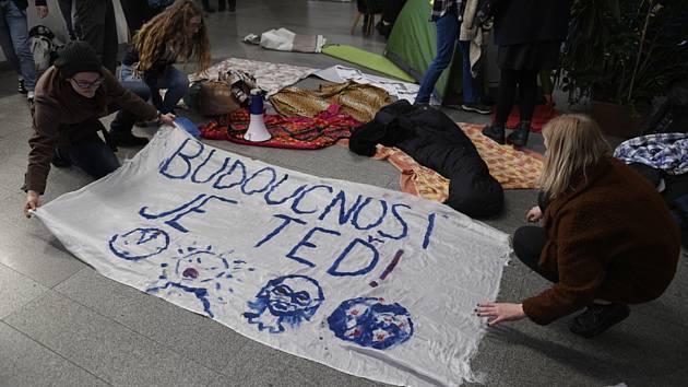 Protestující studenti v sídle UK.