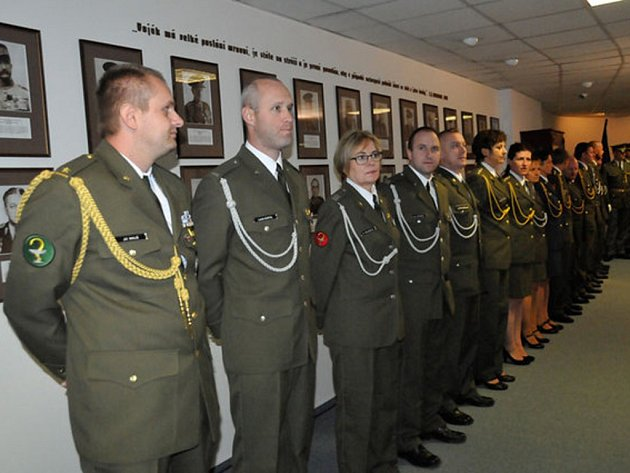 Předávání medailí vojákům ze zahraničních misí.