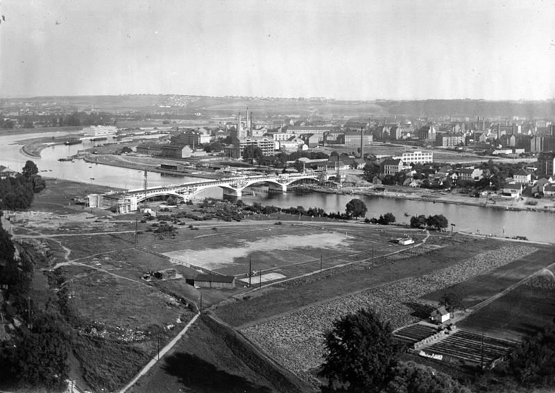 Pohled na holešovický meandr v roce 1928. Čerstvě postavený Libeňský most se původně nazýval Masarykův.