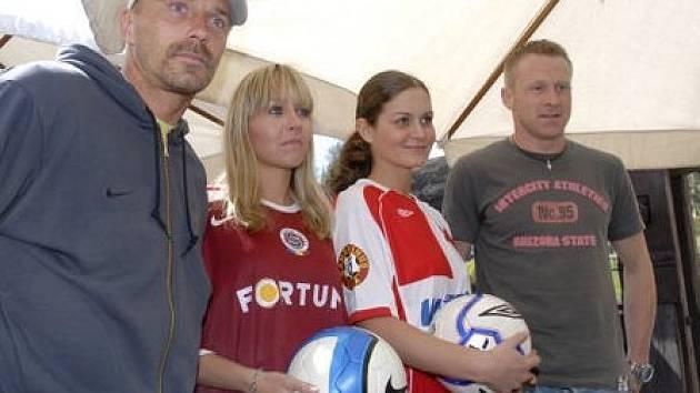 Tomáš Řepka a Stanislav Vlček s dívkami představujícími Spartu a Slavii.
