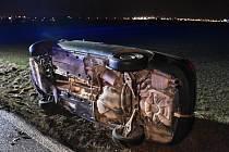 Při nehodě skončila obě auta v poli, jedno dokonce na boku.