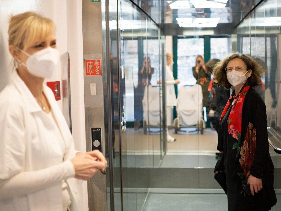 Pražská protialkoholní záchytná stanice prošla modernizací. Radní Milena Johnová a vedoucí sestra Vladimíra Moravcová při slavnostním otevření.
