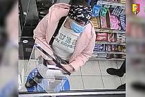 Policie hledá muže s ženou, kteří v obchodě okradli dvě seniorky.