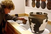 DÍVÁME SE RUKAMA. Na exponáty výstavy archeologických vykopávek si v Muzeu hlavního města Prahy můžete sáhnout.