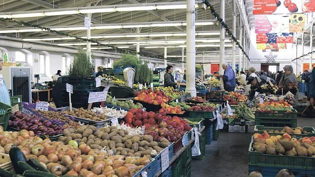 Hala 22 nabízí i ve všední dny široký sortiment ovoce a zeleniny. Na snímku je vidět, že nakupující zde mají hodně prostoru. O uplynulém víkendu, kdy se v areálu konaly farmářské trhy, zde bylo plno.