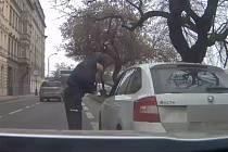 Kontrola dokladů ujíždějícího řidiče.