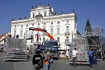 Tribuny pro novináře, pozvané hosty a hlavně pro amerického prezidenta Baracka Obamu, který v neděli přednese svůj projev, se stavěly 3. dubna na Hradčanském náměstí v Praze.