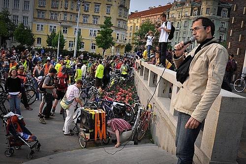 Pět tisíc lidí se zúčastnilo v Praze tradiční Velké jarní cyklojízdy, která se konala ve čtvrtek večer. V příjemném počasí projel pestrý peloton centrum Prahy a přes magistrálu,  Pankrác a Barrandovský most dojel do klubu MeetFactory.