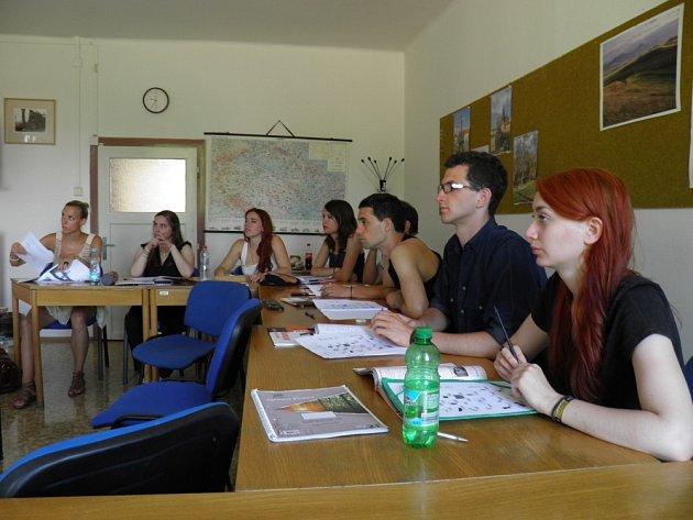 DO PRAHY se sjelo na prázdniny několik desítek studentů z celého světa, aby se tu naučily mluvit česky.