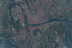 Snímek Prahy pořízený z vesmírné stanice ISS astronautem Feustelem.