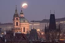 Úplné zatmění Měsíce v centru Prahy 21. ledna.