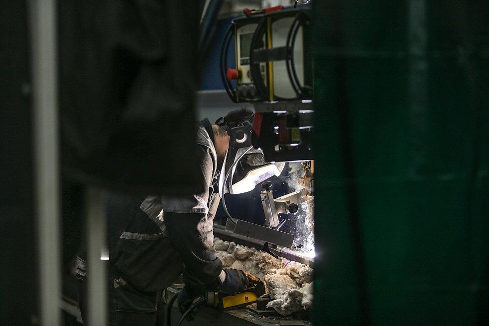 Navařovací automat, jedna z posledních investic Pražské strojírny. Nahrazuje doposud převládající ruční metody navařování a tím zvyšuje kvalitu navařovaných konstrukcí.