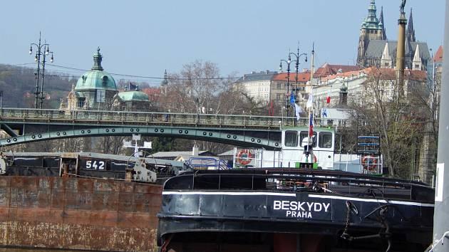 Remorkér Beskydy kotví v Praze.