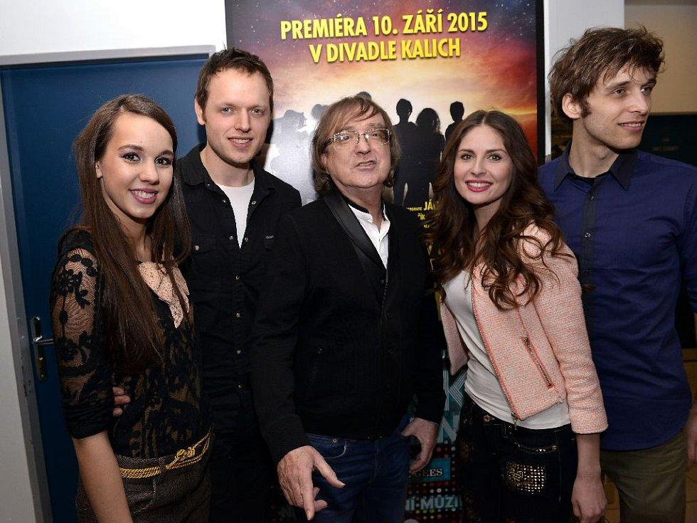 Jan Kříž s Michaelou Doubravovou, Miroslavem Žbirkou, Alžbetou Bartošovou a Romanem Tomešem.