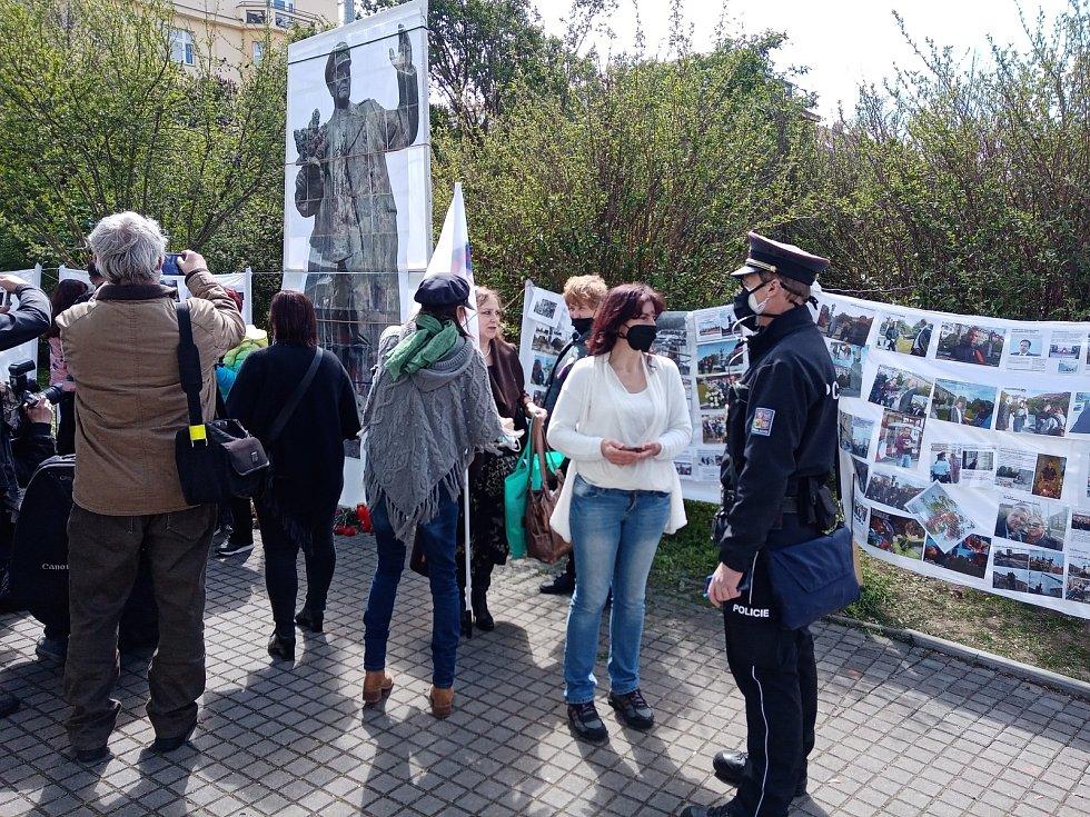 Na náměstí Interbrigády v Praze, kde stával pomník sovětského maršala Koněva, se potkali sympatizanti i odpůrci současného Ruska.