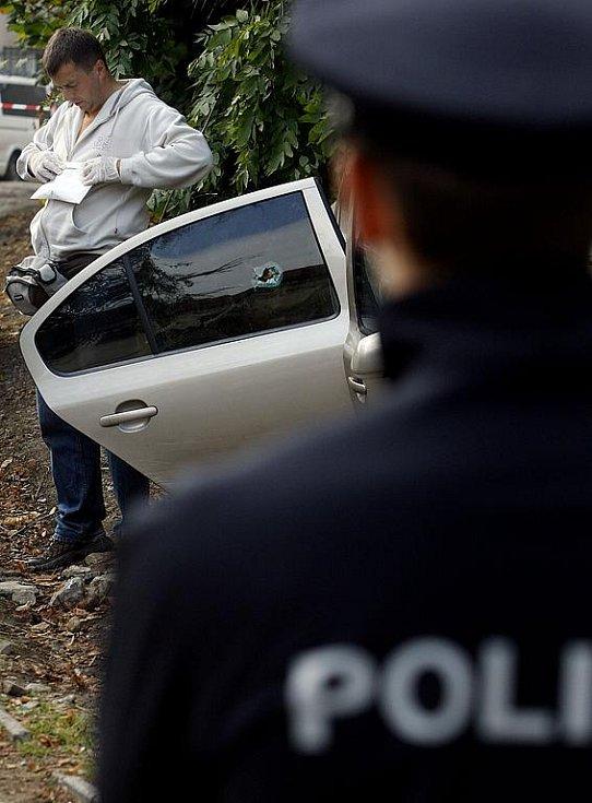 MÍSTO ČINU. Kriminalisté pronásledovali recidivistu, ten se svým autem havaroval a poté se strhla střelba. Po ní zůstali na místě dva mrtví.
