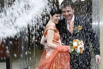 """KDYŽ PRŠÍ ŠTĚSTÍ. Co láká snoubence na pátečním datu?  """"Je to lehce zapamatovatelné, tak na to aspoň přítel nezapomene,"""" svěřila se jedna z nevěst./Ilustrační foto"""