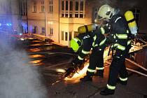 Požár na střeše školy.