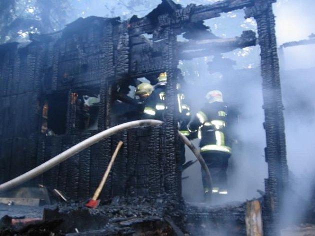 Jen spáleniště plné ohořelých trámů zůstalo z rekreační chaty poblíž obce Bubovice západně od Prahy, kterou zachvátily plameny na počátku víkendu.
