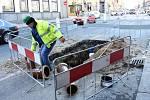 Vážné dopravní komplikace na příjezdu do centra Prahy po magistrále způsobila havárie vodovodního potrubí. Od nedělního večera jsou uzavřeny dva ze čtyř pruhů vLegerověulici.