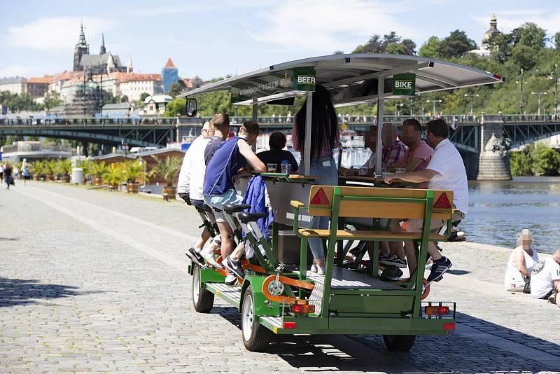 Jedním z fenoménů alkoturismu v centru byla pivní kola. Pak je Praha 1 zákazem vytěsnila mimo své území.