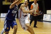 VYSOKOŠKOLSKÉ DERBY. Basketbalistky USK, obhájkyně titulu, jsou v souboji s ligovým nováčkem VŠ jasnými favoritkami. (Snímek ze zápasu USK se Strakonicemi).