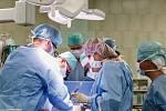 Chirurgický tým, který provedl novou metodu rekonstrukce srdečních chlopní.