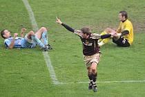 ROZHODNUTO. Dlouhý výkop domácího gólmana Rady poskočil až ke střídajícímu Svatonskému (na snímku) a ten dal vítězný gól Dukly.