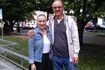 Otec Václav Hlaváček si předává moderátorskou štafetu se svojí dcerou Karolínou na Rádiu Dechovka