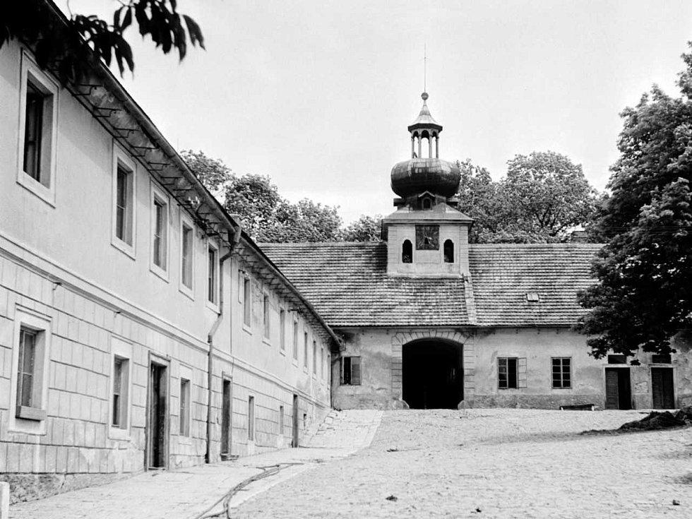 BROUČKOV. Budova prvního dětského nápravného střediska v Praze-Košířích na Cibulce. Foto z června 1946.