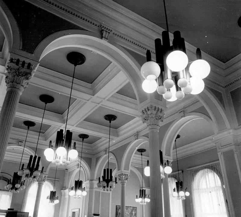 Pohled na stav stropů restaurace v 80. letech.