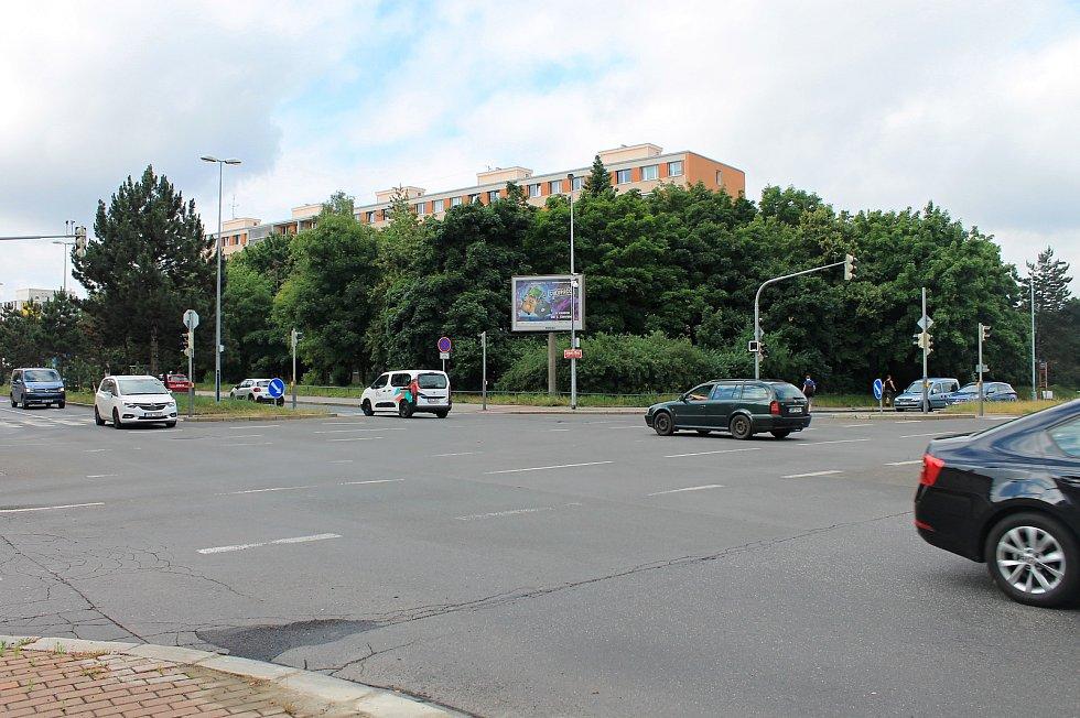 Místo, kde má stát stanice Olbrachtova. Část zeleně bude muset stavbě ustoupit.
