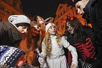 Mikulášský večer 5. prosince na Staroměstském náměstí v Praze.