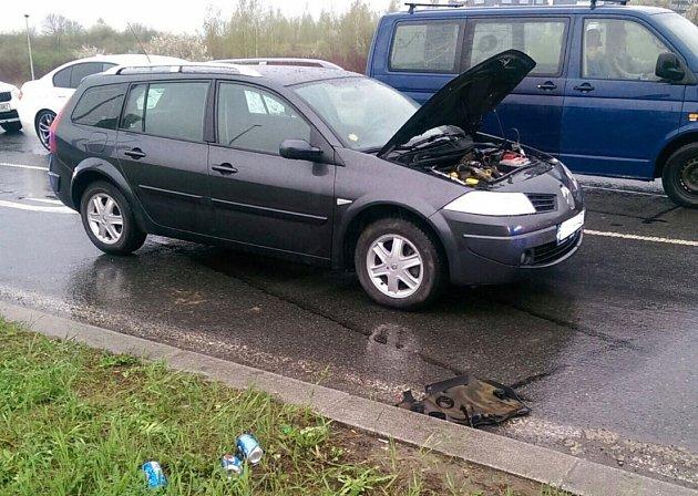 Požár auta ve Stodůlkách hasil jeho řidič za pomocí limonády z plechovek.