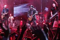 Z koncertu kapely Lucie v pražské O2 areně.