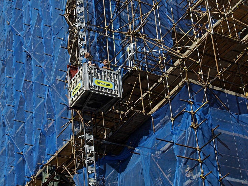 Postupující opravy věže Staroměstské radnice.