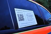 Zhodnoťte náš zásah známkou jako ve škole, vyzývají nově svědky svých zákroků pražští záchranáři. Anonymní hodnocení v aplikaci Feedbando, které má posloužit jako zpětná vazba a podněty ke zlepšení práce záchranářů, usnadňují cedule na sanitních vozech.