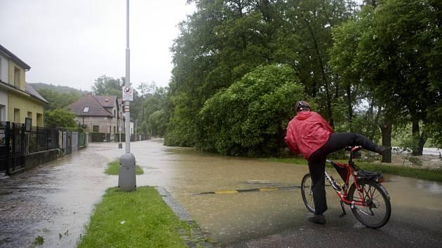 Bleskové povodně na Botiči zasáhly před dvěma roky Prahu 10. Vedení radnice proto rozšiřuje svůj informační systém o varovné SMS zprávy. Občané se musí k odběru registrovat.