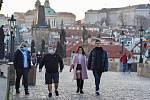 Prázdné ulice Prahy a lidé s rouškami 18. března 2020. Karlův most.