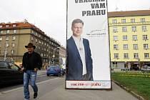 Předvolební bilboardy všeho druhu i po volbách na svých místech. Na snímku v ulici Jana Želivského na Praze 3 jeden stále zabírá více jak půlku chodníku.