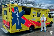 Posádky pražských záchranářů používají ochranné prostředky proti koronaviru.