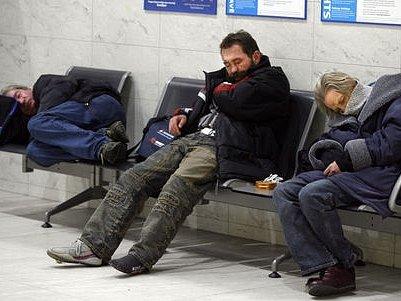 Bezdomovci hledající útočiště v hale ruzyňského letiště v Praze