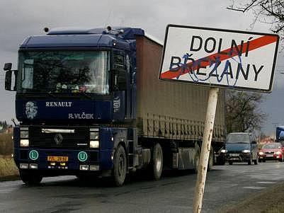 KAMIONY STOJÍ V OBCI. V Dolních Břežanech bude až do konce června kvůli výstavbě a rekonstrukci kruhovýchobjezdů omezena plynulost dopravy.